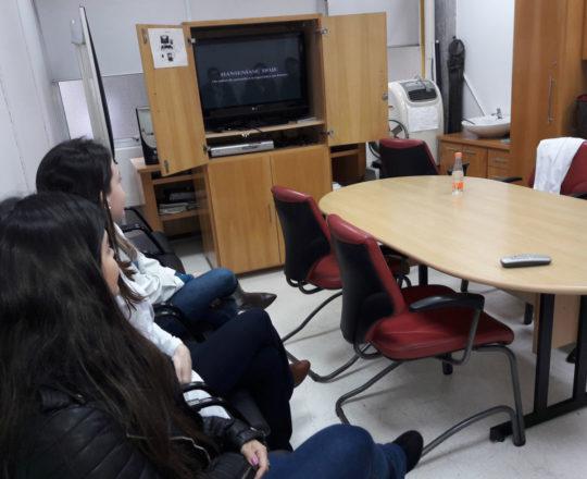 """Os Estagiários de DST de julho de 2018, durante a apresentação do vídeo sobre o trabalho de Busca Ativa do CEADS, mostrando """"A Situação Atual da Hanseníase no Brasil"""""""