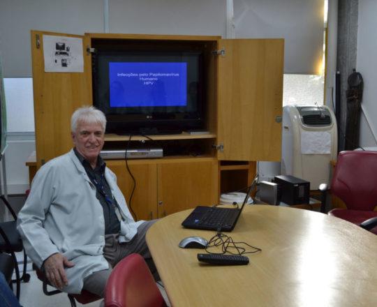 """O Prof. Dr. Luiz Jorge Fagundes, Coordenador Científico do CEADS, durante a Palestra sobre a """"Infeção pelo HPV""""."""