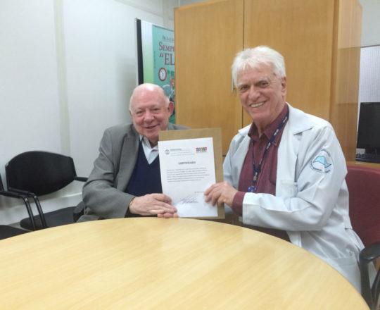 O Prof. Dr. Luiz Jorge Fagundes, faz a entrega do Certificado de palestrante ao Prof. Dr. José Sidnei Colombo Martini.