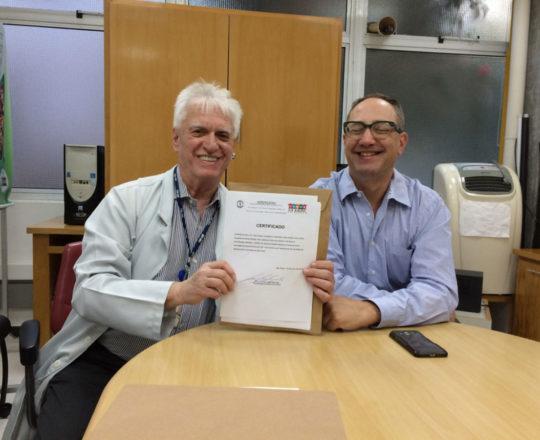 """O Prof. Dr. Luiz Jorge Fagundes, entrega o Certificado de Palestrante do tema """"Situações de Abuso Sexual"""", ao Prof. Dr. Theo Lerner."""