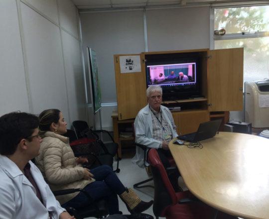 """O Prof. Dr. Luiz Jorge Fagundes e os Estagiários de DST de julho de 2018, durante a exposição do vídeo sobre """"Consequências de uma Gestão Despreparada""""."""
