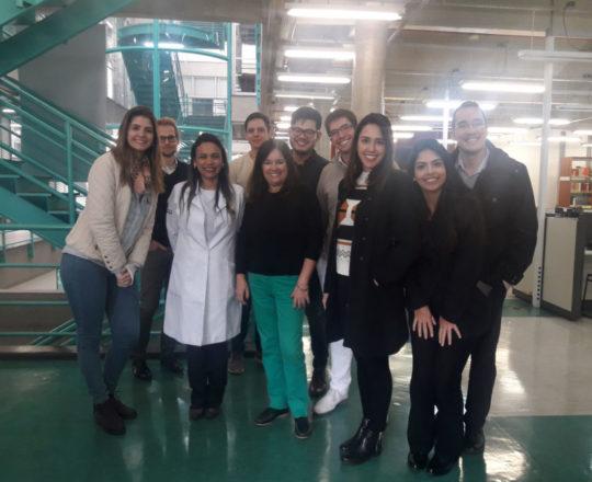 """A Profa. Vera Sampaio, a Biomédica Fátima Morais e os Estagiários de DST de agosto de 2018, durante a Palestra sobre """"Referências Bibliográficas"""""""