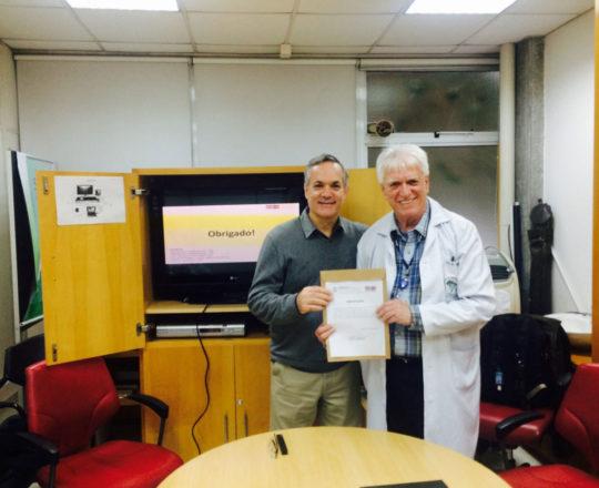 O Prof. Dr. Luiz Jorge Fagundes, durante a entrega do Certificado de Palestrante ao Prof. Lucas Blanco.