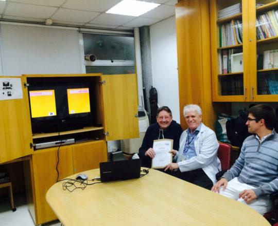 O Prof. Dr. Luiz Jorge Fagundes, Coordenador Científico do CEADS, no momento da entrega do Certificado de Palestrante ao Prof.Jorge Luiz Brólio