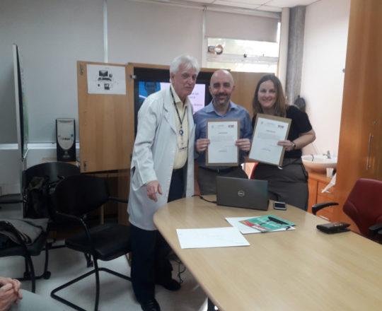O Prof. Dr. Luiz Jorge Fagundes faz a entrega do Certificado de Participantes do Simpósio à Dra. Angélica Strufaldi e ao Dr. Gustavo Castelo Branco.