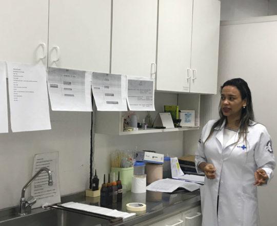 A Biomédica Fátima Morais, durante a sua apresentação do laminário do CEADS, nas dependências do Laboratório de DST do Centro de Saúde Escola Geraldo de Paula Souza.