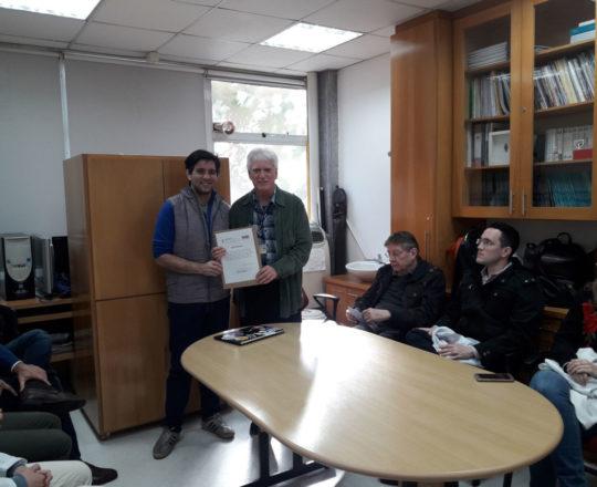 O Prof. Dr. Luiz Jorge Fagundes, no momento da entrega do Certificado de Palestrante ao Prof. Gustavo Capistrano Haramura.