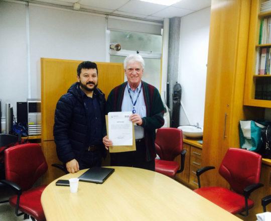 O Prof. Dr. Luiz Jorge Fagundes, entrega ao Prof. Carlos Okada, o Certificado de Palestrante.