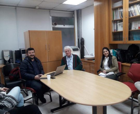 """O Prof. Carlos Eiji Okada, O Prof. Dr. Luiz Jorge Fagundes, Coordenador Científico do CEADS e uma das Estagiárias de DST de agosto de 2018, durante a apresentação d Palestra sobre """"Cidades Inteligentes""""."""