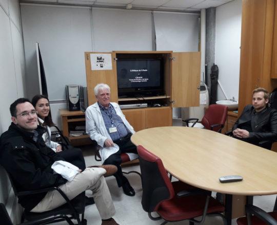 O Prof. Dr. Luiz Jorge Fagundes e os Estagiários de DST de agosto de 2018, durante a apresentação do vídeo sobre o Prof. Dr. Sebastião de Almeida Prado Sampaio