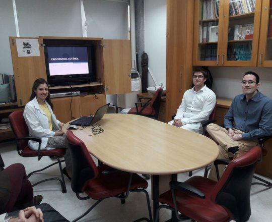 """A Dra. Nathalia Targa Pinto, Colaboradora do CEADS e os Estagiários de DST de agosto de 2018, durante a Palestra sobre """" Crioterapia Cutânea""""."""