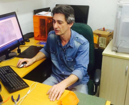 """O Prof. Gustavo Zagatto, junto ao Equipamento de Elaboração do """"Homem Virtual""""."""