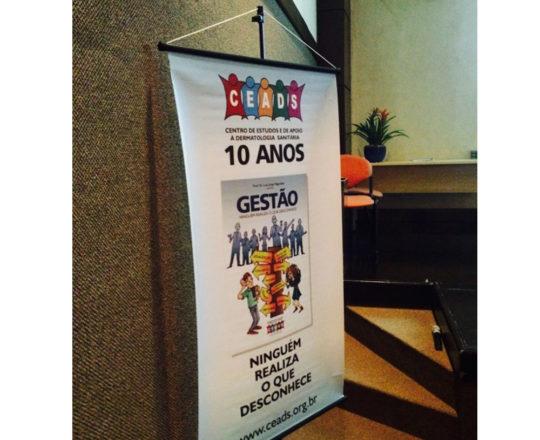 """O Banner do CEADS, com a exposição do Livro """"Ninguém Realiza o que Desconhece"""", que foi distribuído entre os participantes do Curso."""