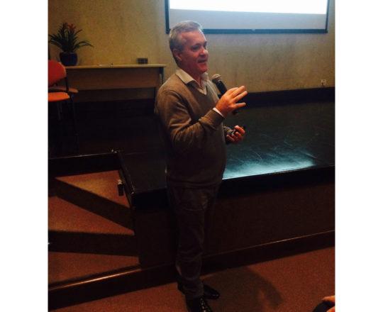 """O Prof. Lucas Blanco durante sua Palestra sobre """"Negociação e Persuasão""""."""