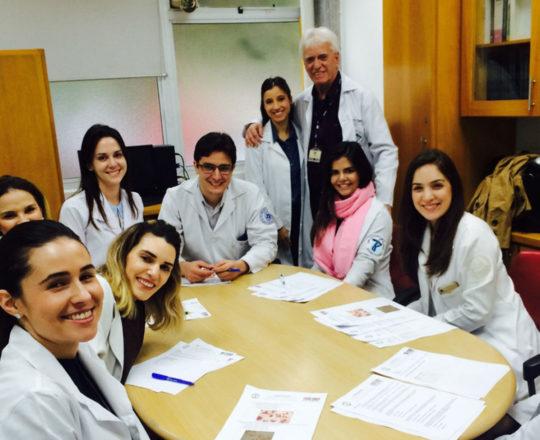 A Dra. Nathalia Targa Pinto, Dermatologista Sanitária e Colaboradora do CEADS e os Estagiários de DST de julho de 2018, durante a realização das Provas finais.