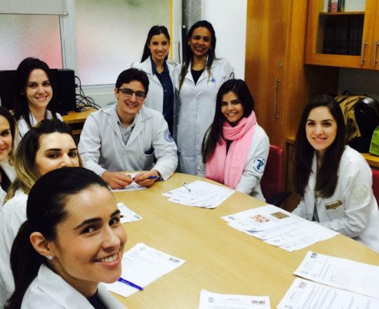 A Biomédica Fátima Morais a Dra. Nathalia Traga Pinto e os Estagiários de DST, durante a realização das Provas Finais.