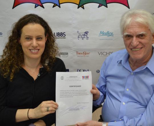 O Prof. Dr. Luiz Jorge Fagundes, no momento da entrega do Certificado de Palestrante à Profa. Dra. Anita Rotter.
