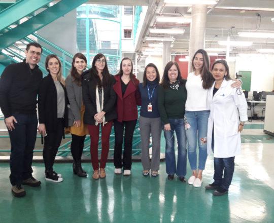 """A Profa. Vera Sampaio, a Biomédica Fátima Morais, Colaboradoras do CEADS e os Estagiários de DST de setembro de 2018, durante a Palestra sobre """"Referências Bibliográficas""""."""