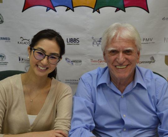 """A Dra. Alessandra Anzai e o Prof. Dr. Luiz Jorge Fagundes, durante a apresentação da Palestra sobre """"Dermatoscopia das Alopecias""""."""