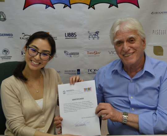 O Prof. Dr. Luiz Jorge Fagundes entrega o Certificado de Palestrante do 80 Fórum de Debates à Dra. Alessandra Anzai.