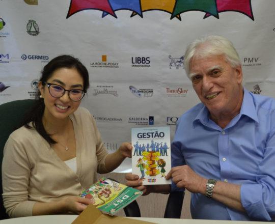 """A Dra. Alessandra Anzai recebe o Livro """" Ninguém Realiza o que Desconhece"""" elaborado pela Equipe de Gestores do CEADS."""