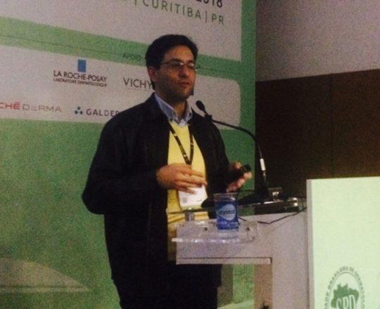 O Prof. Gustavo Haramura, durante sua apresentação no 73Congresso Brasileiro de Dermatologia.