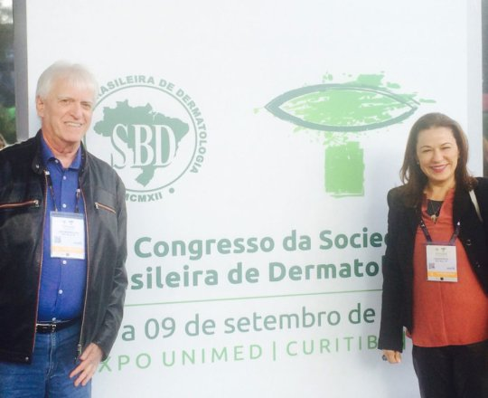 A Profa. Dra. Régia Patriota e o Prof. Dr. Fagundes, no espaço reservado aos Coordenadores do73Congresso Brasileiro de Dermatologia.
