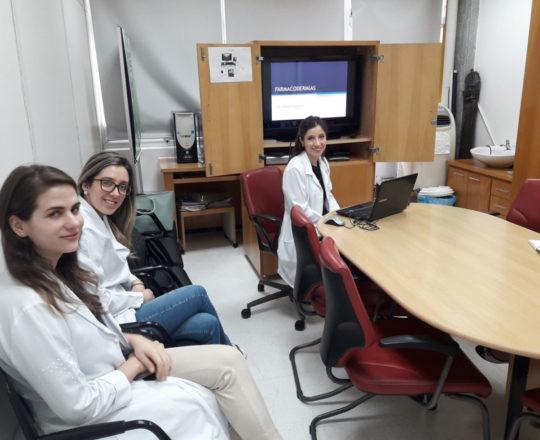 """A Dra. Nathalia Targa Pinto e os Estagiários de DST de setembro de 2018, durante a Palestra sobre """"Farmacodermias""""."""