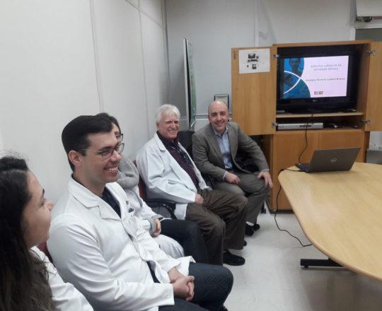 """O Prof. Gustavo Ferreira, o Prof. Dr. Luiz Jorge Fagundes, Coordenador Científico do CEADS e os Estagiários de DST de setembro de 2018, durante a Palestra sobre """"O Erro Médico""""."""