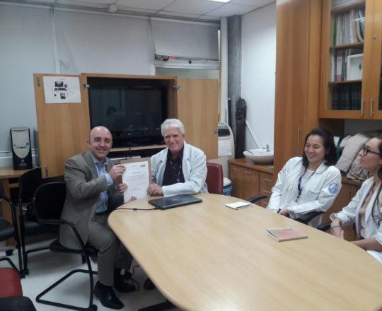 "O Prof. Dr. Fagundes entrega o Certificado de Palestrante ao Prof. Gustavo Ferreira""."