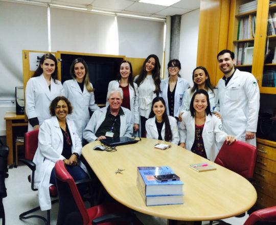 O Prof. Dr. Luiz Jorge Fagundes, a Enfermeira Natalina Lima, a Dra. Nathalia Targa Pinto, a Biomédica Fátima de Morais e os Estagiários de setembro de 2018, durante o encerramento de Estágio de DST.