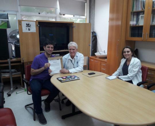 O Prof. Dr.Luiz Jorge Fagundes no momento da entrega do Certificado de Palestrante ao Prof Gustavo Haramura.