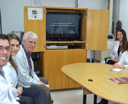 """O Prof. Dr. Luiz Jorge Fagundes e os Estagiários de DST de setembro de 2018, durante a apresentação do Documentário sobre """"Hanseníase""""."""