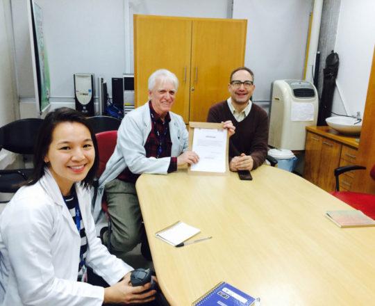 O Prof. Dr. Fagundes, entrega o Certificado de Palestrante ao Prof. Theo Lerner.