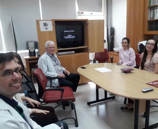 O Prof. Dr. Fagundes e os Estagiários de DST durante a apresentação do Documentário sobre o Prof. Dr. Sebastião.