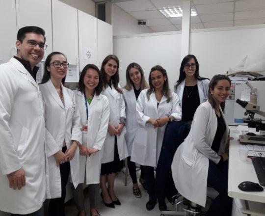 A Biomédica Fátima Morais e os Estagiários de DST, durante a exposição do laminário do CEADS.