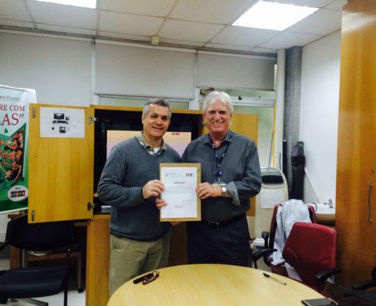 O Prof. Dr.Luiz Jorge Fagundes, no momento da entrega do Certificado de Palestrante ao Prof. Lucas Blanco.