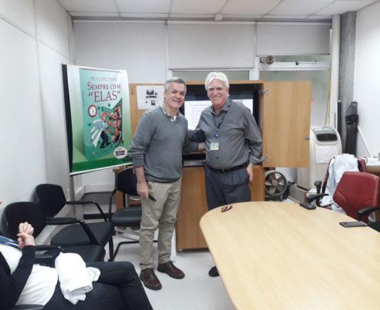 """O Prof. Lucas Blanco e o Prof. Dr, Luiz Jorge Fagundes, Coordenador Científico do CEADS, durante a Palestra sobre """"Negociação e Persuasão""""."""