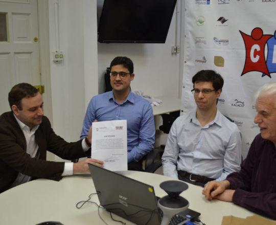O Prof. Dr. Fagundes entrega o Certificado de Patrocinador Exclusivo ao Sr. Manoel Oliveira Jr da Theraskin