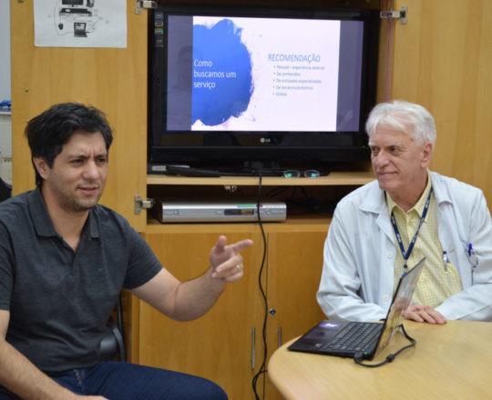 """O Prof. Gustavo Haramura e o Prof. Dr. Luiz Jorge Fagundes, Coordenador Científico do CEADS, durante a Palestra sobre """"Marketing de Consultório""""."""