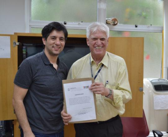 O Prof. Dr. Fagundes entrega o Certificado de Palestrante ao Prof. Gustavo Haramura.