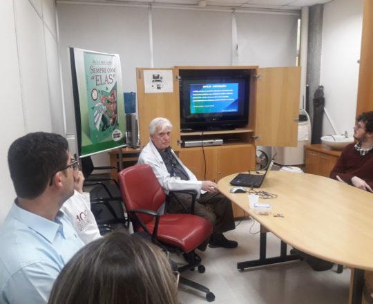 """O Prof. Dr. Luiz Jorge Fagundes e os Estagiários de DST de outubro de 2018, durante palestra sobre """"A Situação Atual da Sífilis Congênita no Brasil""""."""