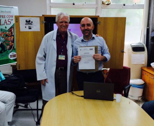 O Prof. Dr. Luiz Jorge Fagundes entrega ao Prof. Gustavo Ferreira Castelo Branco, o Certificado de Palestrante.