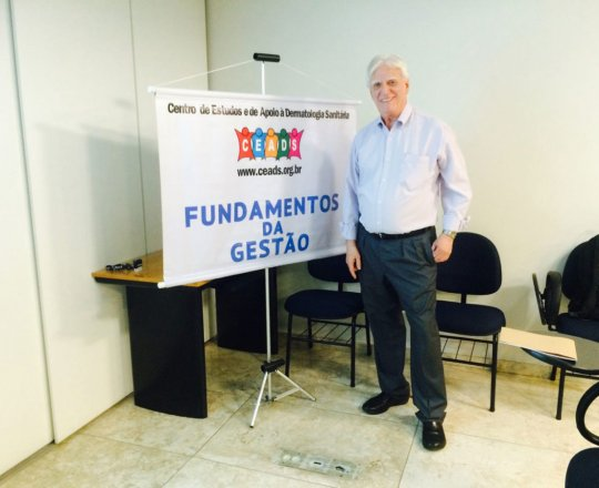 """O Prof. Dr. Luiz Jorge Fagundes, durante a Palestra sobre a """"Gestão das Carreiras Pessoal, Social e Profissional""""."""