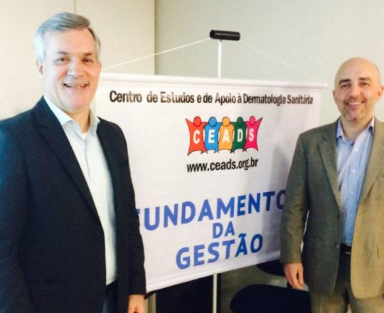 """Os Professores Lucas Blanco e Gustavo Castelo Branco, durante o Evento sobre """"Fundamentos da Gestão""""."""