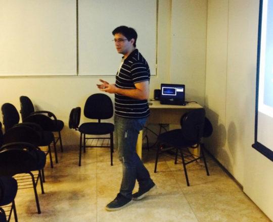 """O Prof. Gustavo Haramura, durante sua exposição sobre """"Marketing de Consultório""""."""