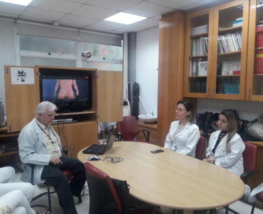 """O Prof. Dr. Luiz Jorge Fagundes e os Estagiários de DST de outubro de 2018, durante a apresentação do vídeo sobre """"O Homem Virtual""""."""