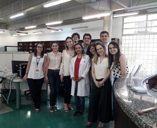 """A Profa. Vera Sampaio, a Biomédica Fátima Morais, Colaboradoras do CEADS e os Estagiários de DST de outubro de 2018, durante Palestra sobre """"Referências Bibliográficas""""."""