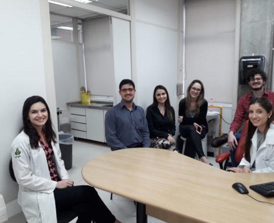 """A Profa. Nathalia e os Estagiários de DST de outubro de 2018, durante a Palestra sobre """"Farmacodermias""""."""