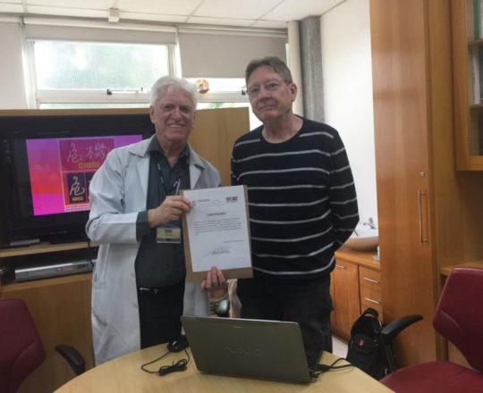 O Prof. Dr. Fagundesfaz a entrega do Certificado de Palestrante ao Prof. Jorge Brolio